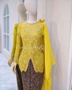 Kebaya Wedding, Muslimah Wedding Dress, Kebaya Brokat, Kebaya Dress, Thai Traditional Dress, Traditional Outfits, Stylish Dress Designs, Stylish Dresses, Model Kebaya Modern