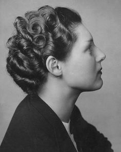 Side view of a lovely curl and wave filled 1940s hairstyle. #vintage #1940s #hair