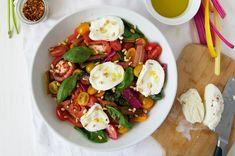 Deze heerlijke salade van RenéeKemps is ideaal als lunch of voorgerecht. Jum! Snijd de snijbiet instukken van vijf centimeter. Verwarm een koekenpan voor en voeg één eetlepelolie toe. Bak de snijbiet totdat deze zacht wordt. Voeg de honing, het citroensap, zout en peper toe. Bak nog even door tot alles is opgenomen. Snijd de tomaten …