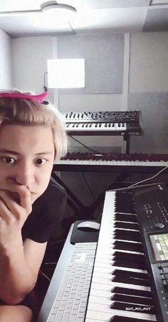 I swear this man will be the death of me 😢😢 why he gotta go and do the rin hair clip thing Baekhyun, Park Chanyeol Exo, Kpop Exo, Exo K, Kaisoo, Exo Ot12, Chanbaek, Chanyeol Wallpaper, K Pop