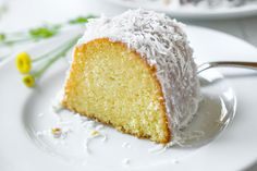 This lemon bundt cake is rich, moist and fluffy, bursting with the bright flavors of fresh lemon and a hint of coconut from the creamy glaze. Lemon Coconut, Keto Dessert Easy, Dessert Recipes, Cake Recipes, Lemon Blueberry Bundt Cake, Low Carb Sweeteners, Cupcake Cakes, Bunt Cakes, Desert Recipes
