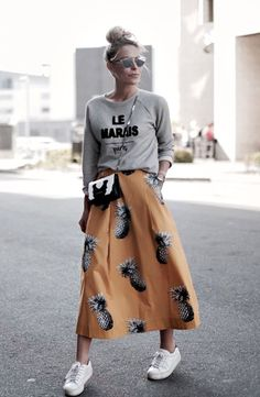 Looks street style saia midi abacaxi com moletom cinza e tênis branco - Street Fashion, Casual Style, Latest Fashion Trends - Street Style and Casual Fashion Trends Looks Street Style, Looks Style, Street Style 2018, Jupe Midi Style, Mode Outfits, Fashion Outfits, Fashion Trends, Sneakers Fashion, Skirt Fashion