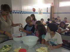 Con el fin de inculcar un buen hábito alimenticio en cuanto al consumo diario de fruta, los niños y niñas de nuestra escuela disfrutaron a través del juego y la experimentación en nuestro taller de zumos - Colegio San Cristóbal - Castellón.