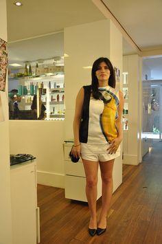 Giovanna veste: Blusa Pedro Lourenço, Shorts Paula Raia, Sapato Paula Torres e Bolsa Givenchy.
