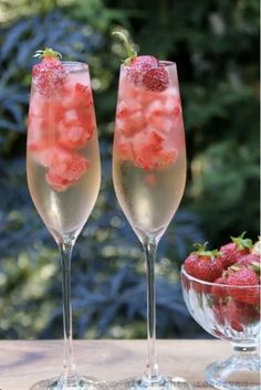 Champagne Strawberry Ice Cubes - Easy to make champagne and strawberry ice cubes, these fun ice cubes can be added to bubbly/sparkling wine cocktails, white sangria, or to give an extra touch to a glass of champagne Valentine's Day Drinks, Party Drinks, Summer Drinks, Wine Parties, Wine Cocktails, Easy Cocktails, Alcoholic Drinks, Cocktail Recipes, Cocktail Ideas