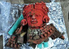 Dentro de la vasija-efigie se localizó una de menores dimensiones con la representación de una diosa (Atzompa, Oaxaca, México)