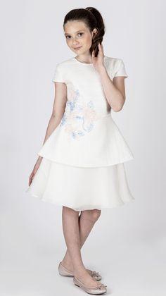 Teen Collection 2018 - Ateliê Esther Bauman Acquastudio. Vestido curto; juvenil; organza; bordado rosa com azul.