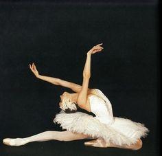 "galina-ulanova: """"Yulia Makhalina as Odette in Swan Lake (Mariinsky Ballet) "" "" Ballet Art, Ballet Dancers, Ballerinas, Ballerine Vintage, Images Esthétiques, Swan Lake Ballet, Ballet Images, Dance Movement, Fred Astaire"