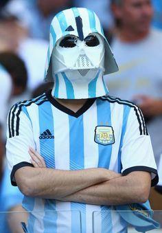 Le Dark Vador Argentin en tribunes Argentine-Suisse - http://www.actusports.fr/110033/dark-vador-argentin-en-tribunes-argentine-suisse/