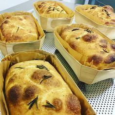 FOCACCIA DE ALECRIM 🌿 na área! Aqui a gente não tem medo de fogo! 🔥🔥🔥🔥🍞🍞🍞 tostadinha do jeito que todos adoram! 😋😋😋 Pedidos: 99381-9999 (WhatsApp) #nossapadoca #fermentaçãonatural #orgânico #belém