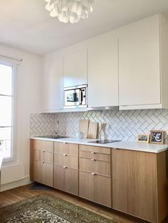tiles White Cuisine contemporaine blanche et bois, carrelages Bakerstreet en chevrons. Interior Desing, Interior Design Kitchen, Kitchen Decor, Kitchen Tiles, Kitchen Design Open, Contemporary Kitchen Design, Kitchen Designs, Small White Kitchens, Kitchen White