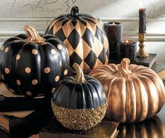 Halloween goes Creepy Chic with Goulish Glitter dusted black pumpkins.but I think they just look unusual & interesting all through Fall! Can you picture an October formal wedding using these in the decor?Black and Gold Glitter Pumpkin Halloween Chic, Holidays Halloween, Halloween Crafts, Halloween Party, Classy Halloween Decorations, Creepy Halloween, Fall Crafts, Happy Halloween, Adornos Halloween