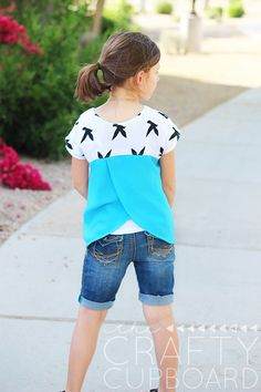 A simple pattern hack turns the Skipper Top, one of my favorite go-to patterns, into a trendy top with a bright vented back!