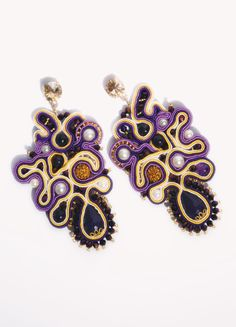 Maxi orecchini, realizzati a mano, tecnica Soutache, composti da coralli, sfere in Ametista, pavè Swarovski, perle, seta. Pezzo Unico. Vestibilità: perno e farfallina.