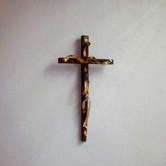ξύλινος διακοσμητικός σταυρός με χάλκινες λωρίδες