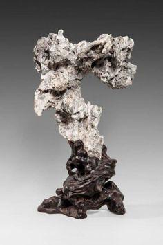 Pierre de Lettré en forme de vieil arbre. Calcaire sur socle en bois sculpté. H: 18 cm.
