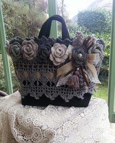 Crochet Pretty Handbag with Gr - Salvabrani Crochet Tote, Crochet Handbags, Crochet Purses, Love Crochet, Crochet Crafts, Crochet Flowers, Crochet Projects, Handmade Handbags, Handmade Bags
