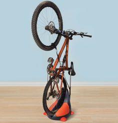 自転車を立てて収納 ― スペースを有効活用する Hammacher Schlemmer の「Upright Bike Stand」 - えん乗り
