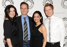 Archie Panjabi with her hair down ( FINALLY)! Matt Czuchry's skinny tie! Josh Charles in denim! does anyone else see where josh's hand is i think Julianna's husband has some competition