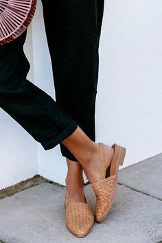 Flats Outfit, Shoes Flats Sandals, Flat Sandals, Shoe Boots, Pointed Toe Flats, Brunches, Casual Shoes, Heeled Mules, Fashion Shoes