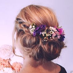 It is crucial to find the hairstyle that works for the bride based on the dress, the venue and the type of the bride's hair itself. These are several best wedding hairstyle ideas based on some types of hair.