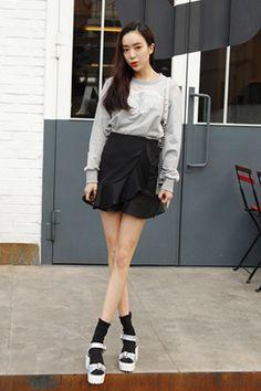 Today's Hot Pick :フェミニンフリルデザインミニラップスカート【DARK VICTORY】 http://fashionstylep.com/SFSELFAA0013548/khyelyunjp/out フェミニンなフリルデザインのラップスカートです。 ミニ丈がガーリー度アップ↑↑ シャツやブラウスなど色んなトップスと相性抜群♪ ミニ丈が気になる方はレギンスと合わせてもGOOD! S/Mの2サイズです。 下記の詳細サイズを参考にしてください。 ◆2色: ブラック/アイボリー