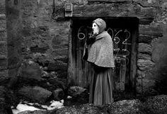 Una 'mascarita' espera la llegada de los 'diablos' junto a su casa.