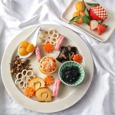 ワンプレートおせちがかわいい!盛り付けがおしゃれに決まるお皿の選び方   おうちごはん Japanese Sweets, Japanese Food, Japanese New Year, Cute Food, Kitchenware, Waffles, Appetizers, Pudding, Dishes