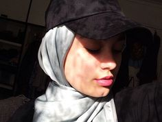 I was a bit apprehensive about trying to rock a cap with a hijab, but now that I've tried it I'm honestly in love Hijab Dp, Muslim Hijab, Ootd Hijab, Girl Hijab, Hijab Pins, Hijab Outfit, Arab Girls, Muslim Girls, Muslim Women