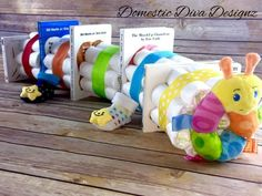 Adorable Diaper Cake Ideas – How To Make A Diaper Cake Unique Diaper Cake Ideas. Bookworm Diaper Cake (domestic diva designz) A cute caterpillar as a baby shower gift. This diaper cake makes also an awesome centerpiece for a baby shower. Fiesta Baby Shower, Baby Shower Parties, Baby Shower Themes, Cute Baby Shower Gifts, Unique Baby Shower Cakes, Cute Baby Gifts, Unique Diaper Cakes, Diy Diaper Cake, Mini Diaper Cakes
