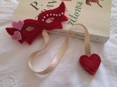 Segnalibro in feltro con Maschera di Carnevale, nastro e cuori - Regalo per lettori. di TinyFeltHeart su Etsy