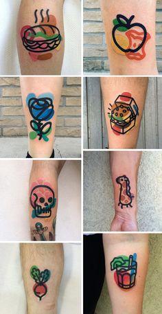 Artiste tatoueur basé à Milan, Mattia Mambo crée de petits tatouages originaux où des traits épais noirs se superposent à des éléments colorés. Son style est si unique, que ses tatouages sont reconnaissables au premier coup d'oeil. Ses compositions semblent …