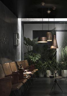 #varianti - #ilfanale KHONUS: forme semplici e lineari ispirano un ambiente eclettico, intimista, riscaldato dai colori caldi delle sedute e del tavolino di modernariato, e dal giardino interno. #industrial #lighting #setdecoration #digitalphotography #indoor #design #living #style #home #diyhomedecor #italianstyle #industrialphotography #setting #vintage #cement #copper #indoorgarden