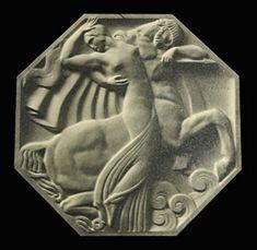 Nessus et Déjanire (1927) Raymond Delamarre. Réduction en octogone du bas-relief de 1925. Plâtre argenté.