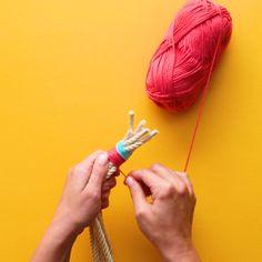 آویز گلدان Macrame Wall Hanging Diy, Macrame Art, Macrame Design, Macrame Projects, Macrame Knots, Hanging Rope, Micro Macrame, Rope Crafts, Diy Home Crafts