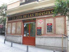 La Casa de las Torrijas.1907 . Taberna fundada en 1907 y que mantiene todo el espíritu castizo de la época, sus azulejos, las mesas con anuncios. Calle Paz 4, Madrid