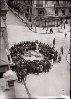 Acróbatas ambulantes Don Ramón de la Cruz esquina Conde de Peñalver - Diego González Ragel. Madrid 1930
