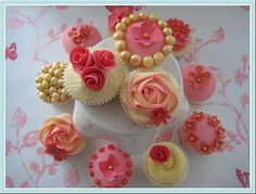 Google Image Result for http://www.thecupcakeblog.com/wp-content/uploads/2010/11/Pink-and-Gold-Vintage-Wedding-Cupcakes.jpg