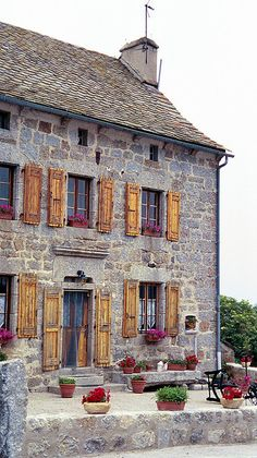 France: Farmhouse / Joe katrencik Photo by Victoria. In southwest France along the Chemin de St. Jacques de Compostelle - an ancient pilgrim route to the shrine of the apostle St. James - located on the west coast of Spain. French Country House, French Farmhouse, Farmhouse Style, French Cottage, Country Houses, Rustic Farmhouse, Cottage Pie, Country Cottages, Rustic French