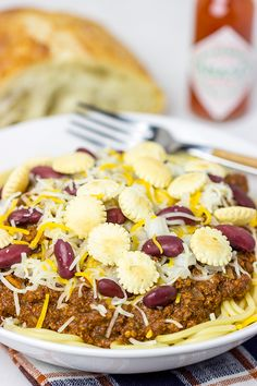 Chili served over spaghetti? Yup, it& the Cincinnati way! Whip up a batch of this Slow Cooker Cincinnati Chili for dinner tonight! Crock Pot Slow Cooker, Slow Cooker Recipes, Crockpot Recipes, Cincinnati Chili, Good Food, Yummy Food, Fabulous Foods, Chili Recipes, How To Cook Pasta