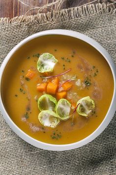 Αρωματική σούπα κολοκύθας με καβουρδισμένο βούτυρο, μήλο και σέλερι