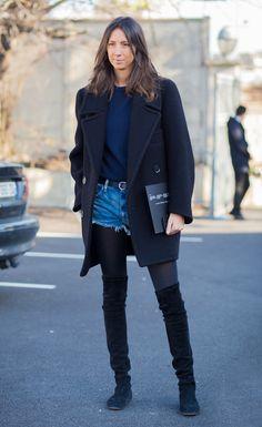 Street style look com suéter, shorts jeans, meia-calça, e bota over the knee.