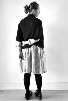 gilet CALLIE noir - NOT LAB, robe à plis Uniforme en lin rayé - VDJ, chaussettes - Album di Famiglia, chaussures - Doc Martens pour Comme des Garçons