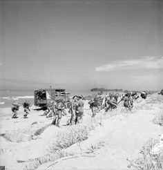 "Operation HUSKY: personnel of No. 3201 Servicing Commando and an RAF field signals unit assemble on ""Cent"" Beach near Scoglitti, Sicily, before moving inland to the landing ground at Pachino. Ww2 History, Military History, Italian Campaign, Army Infantry, Troops, Soldiers, Ww2 Pictures, World War Two, Sicily"