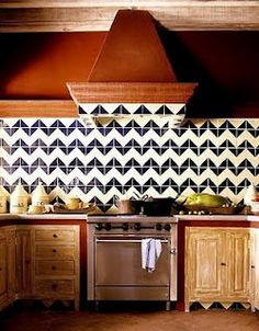 "In love with chevron! Navy and white chevron pattern kitchen backsplash tiles. Gorgeous combo of rustic wood and modern design! (from ""Trendspotting: The Perfect Tile Adds Lots of Style! Chevron Kitchen, Chevron Tile, Chevron Patterns, Chevron Bathroom, Chevron Walls, Paint Chevron, Navy Chevron, Herringbone Backsplash, Geometric Tiles"
