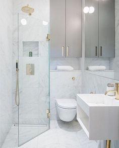 Inte precis först på den här bollen, men för er som missat eller vill spana in det här magiska badrummet igen finns det nu på bloggen 34kvadrat.se (länk i profilen) #34kvadrat #tidningensolo #newblogpost #inredning #badrum #badrumsrenovering #marmor #mässing #bathroom credit: @lagerlings