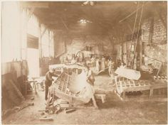 Statue of Liberty Being Built in 1883 Men in a workshop hammering sheets of copper for the construction of the Statue of Liberty Rare Pictures, Rare Photos, Vintage Photos, Tour Eiffel, Puente Golden Gate, Photos Rares, Liberty Island, New York Harbor, History Of Photography