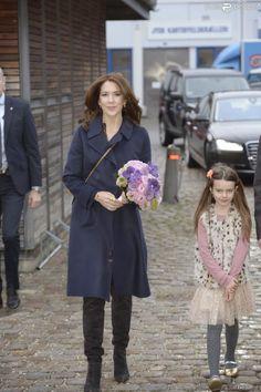 Ce matin, la princesse Mary a visité la foire de la mode qui a lieu en ce moment à Copenhague dans le cadre de la fashion week. A cette occ...