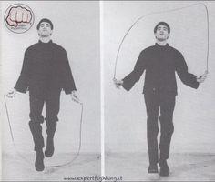 Saltare la corda è uno degli esercizi TOP usati da sempre nelle arti marziali ma non solo. In tutte le sessioni di allenamento come riscaldamento dovresti inserire tre round di corda. E' un gesto tecnico che da innumerevoli benefici e se non lo fai ti assicuro che mi stai facendo arrabbiare perchè non stai facendo …