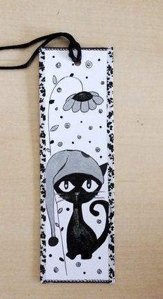 C'est un Marque-pages illustration CHAT peint à la main. La Peinture utilisée est l'acrylique. Papier cartonné blanc, ruban noir Dimensions du marque-pages : 18cm x 5,5 - 17420517